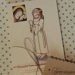 Recordatorio Primera Comunión niña con túnica y Virgen siempreloquise.com