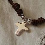 Cruz de plata montada en cuero siempreloquise.com