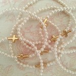 Pulsera perlitas swarosky y cruz de plata bañada en oro