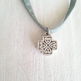 Cruz de plata cordon seda