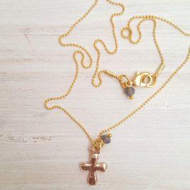 Gargantilla dorada cruz rosa