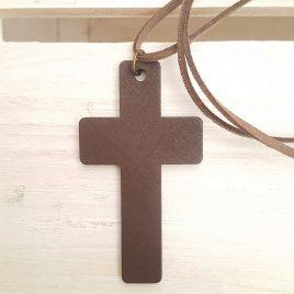 Cruz de madera y cordón antelina marrón