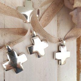 Cruz griega plateada y cinta algodón brillo